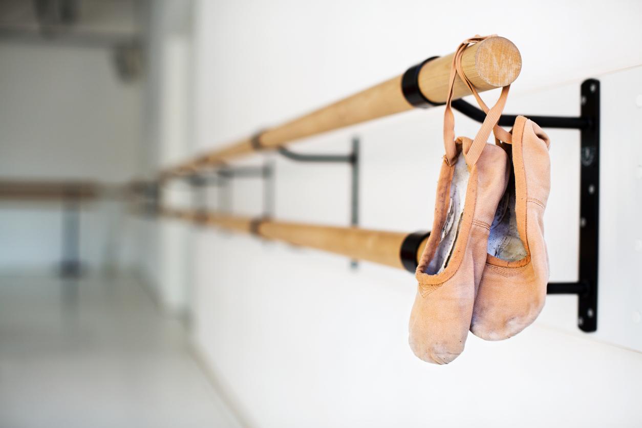 Zapatillas de ballet colgando sobre la barra