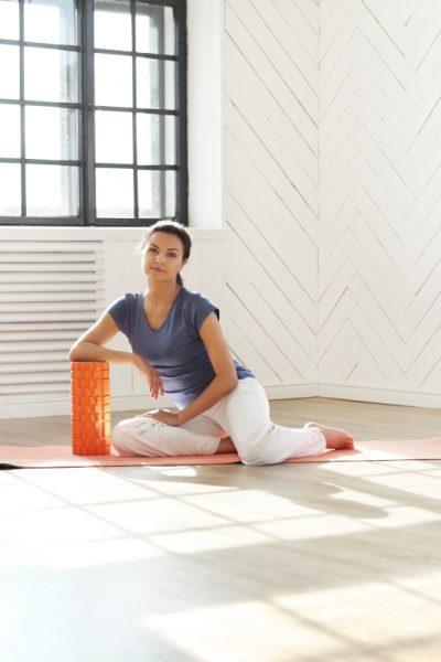mujer haciendo pilates con roller