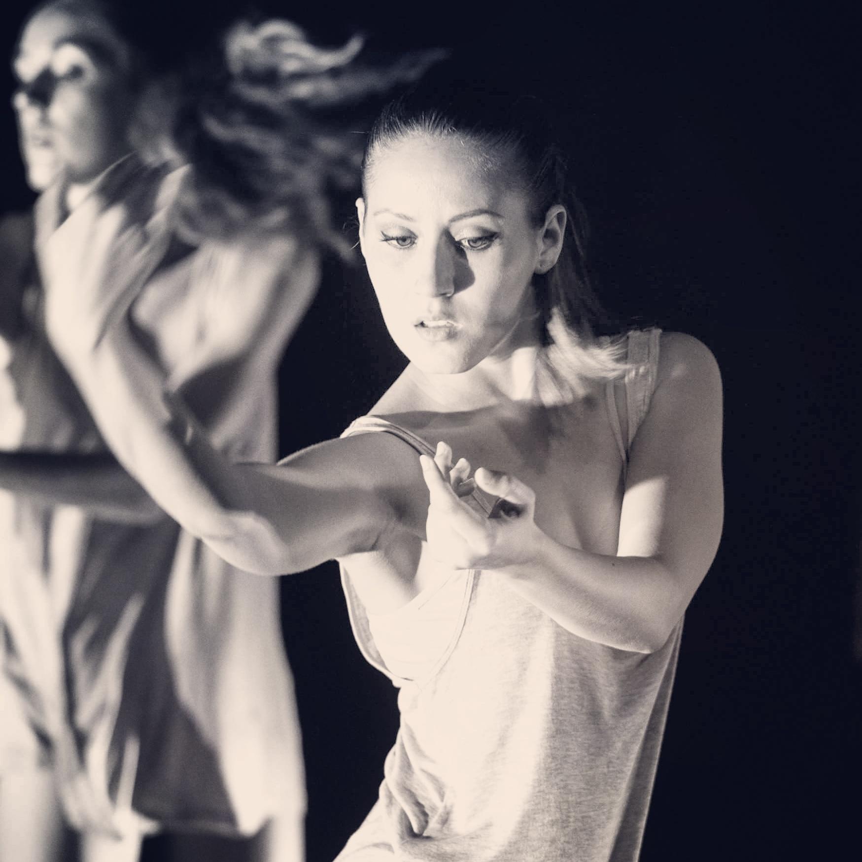 Sara Quilis bailando contemporaneo
