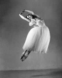 Alicia Alonso bailando giselle con vestido blanco